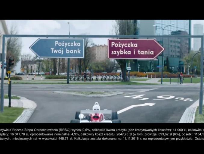 Błyskawiczna jazda wyścigówką po pożyczkę w reklamie Alior Banku