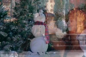 Karolina Malinowska i Olivier Janiak z dziećmi w bożonarodzeniowej reklamie Apart