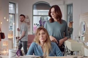 Wizyta u fryzjerki reklamuje Biotebal