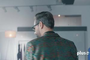Szymon Majewski doradza sukienkę Magdalenie Lamparskiej w reklamie Plus