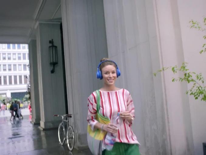 Rozśpiewane kobiety reklamuj wodę Nałęczowianka