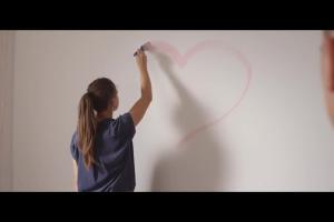 Bajkowa sypialnia dla córek w reklamie Leroy Merlin