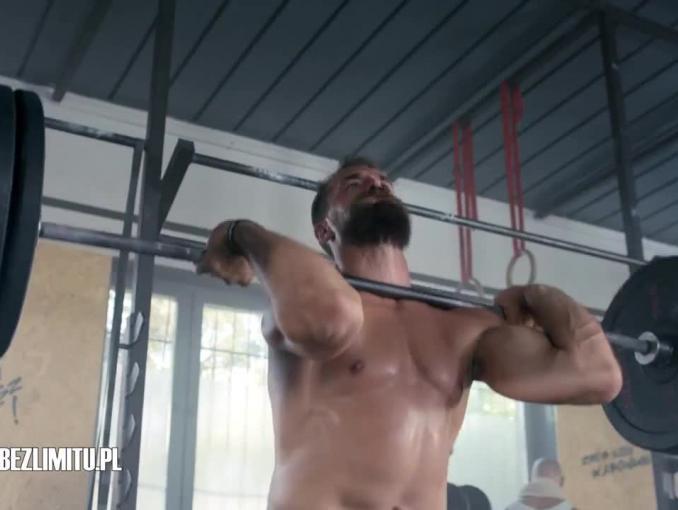 Plushak na siłowni reklamuje abonament w Plush