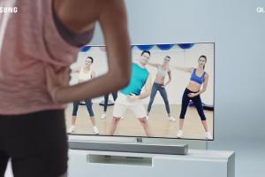 Adam Woronowicz pomaga w fitnessie - spot Samsung QLED TV