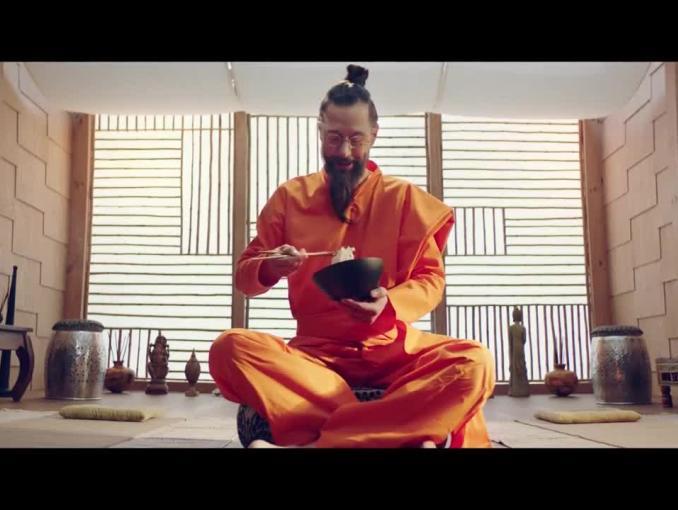 Nowa oferta Plusa- Szymon Majewski joginem w reklamie