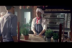 Szymon Majewski w pizzerii promuje elastyczną ofertę w Plusie dla Firm