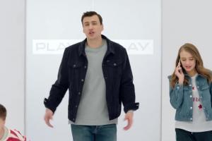Jarosław Bieniuk z dziećmi reklamuje Rodzina w Play na kartę