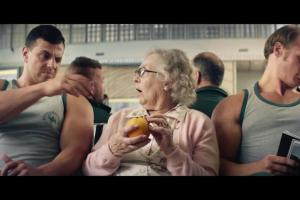 Staruszka i siłacze promują Tymbark Mus