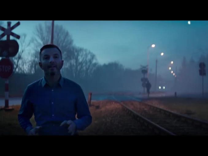 Kuba Błaszczykowski w asyście kibiców reklamuje Lotos
