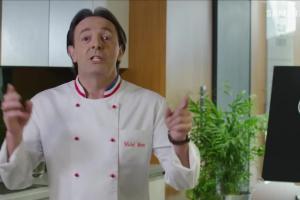 Michel Moran przyrządza żeberka i tort bezowy w reklamie Samsunga