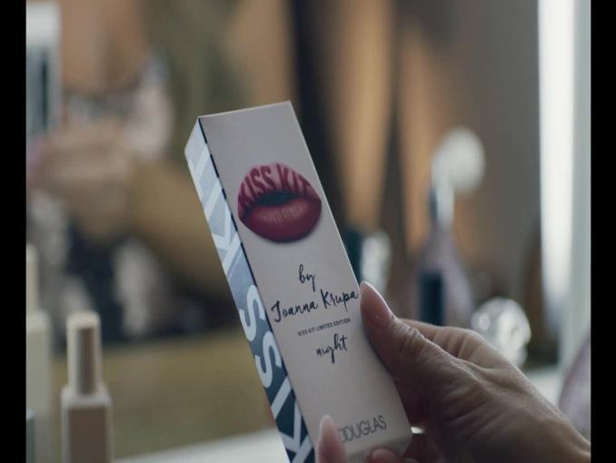 Joanna Krupa i Ewa Chodakowska reklamują pomadki Kiss Kit w perfumeriach Douglas