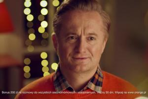 Robert Górski i Mikołaj Cieślak ubierają choinkę w reklamie Orange na Kartę