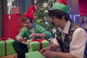 Szymon Majewski jako Święty Mikołaj z pomocą od Abstrachuje w spocie Plusa