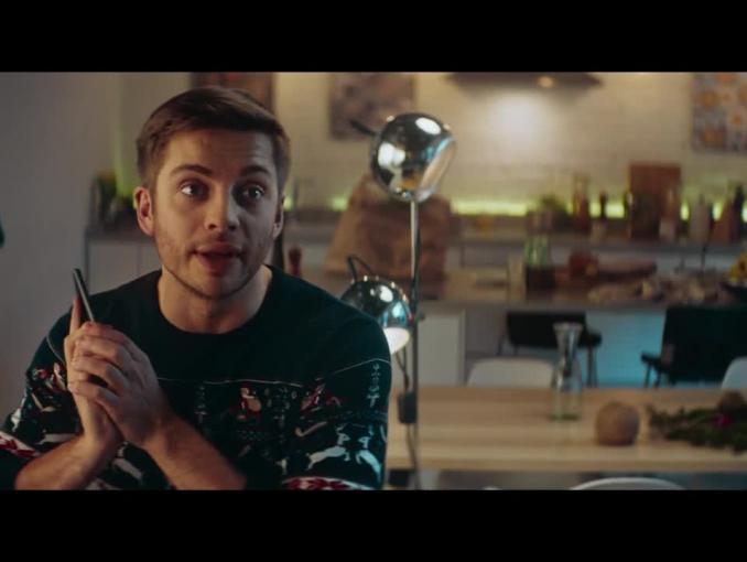 Rozterki przed Świętami z teściową w reklamie piwa Perła