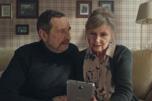 Praktyczni dziadkowie reklamują GigaBank w Plus na Kartę
