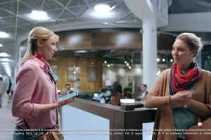 mBank w spocie podkreśla, że w centrach handlowych jest czynny do późna nawet w soboty