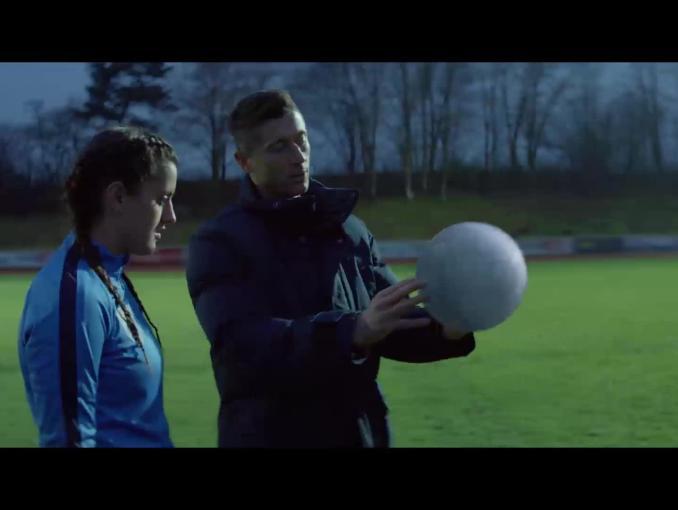 Robert Lewandowski trenuje piłkarza i piłkarkę w spocie head&shoulders