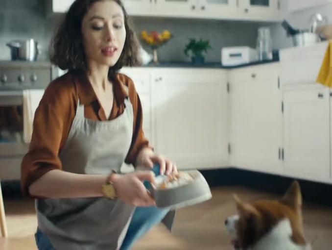 Michel Moran jako pies w reklamie Pedigree