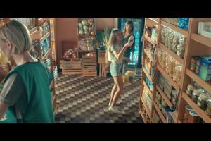 Plushak szuka wi-fi na wakacjach w reklamie Plush na Kartę