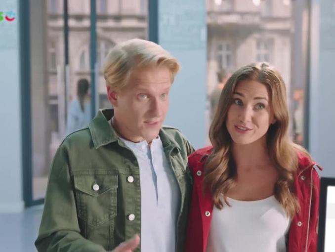 Brodzik i Wilczak łączą światłowód i telewizję kablową w spocie SmartDomu