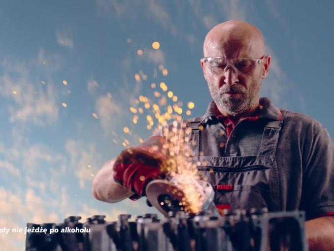 Znawca czterech kółek, Mistrz w swoim fachu, Czarny złotnik na puszkach piwa Tatra (wideo)