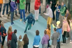 Breakdance seniorów reklamują Maślankę Mrągowską