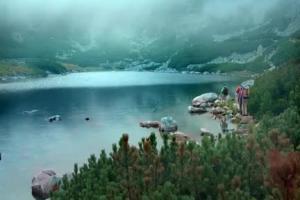 Bezpieczna górska wycieczka reklamuje MetLife Invest