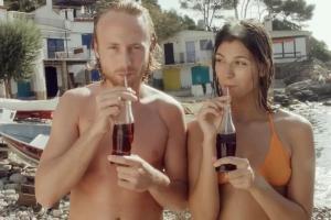 Pocałuj radość - reklama z okazji 100-lecia butelki Coca-Coli
