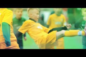 Młodzi piłkarze w koszmarze Arkadiusza Milika reklamują turniej o Puchar Tymbarku