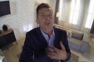 Karol Okrasa jako dziennikarz Okrasa TV reklamuje Lidla