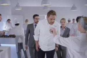 Wojciech Modest Amaro z firmą od kuchni reklamuje Formułę Biznes Box w Play dla Firm