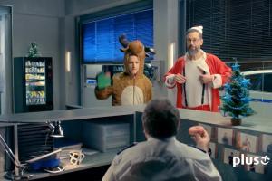 Szymon Majewski jako Święty Mikołaj na policji reklamuje rejestrowanie numerów w Plusie